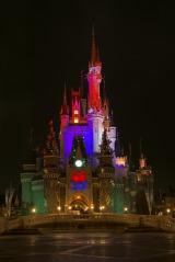 妖しくライトアップされたシンデレラ城(c)Disney
