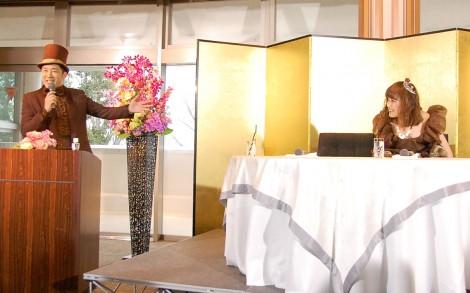 結婚会見で自ら司会を務めるあべこうじ(左)と高橋愛(右) (C)ORICON NewS inc.