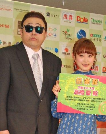 イベントに登場した(左)コージー冨田と高橋愛 (C)ORICON NewS inc.