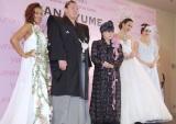 (左から)Crystal Kay、白鵬関、桂由美氏、道端アンジェリカ、絵美里=『2014 YUMI KATSURA GRAND COLLECTION in TOKYO』