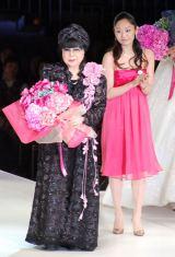 安藤美姫から花束を贈られる桂由美氏=『2014 YUMI KATSURA GRAND COLLECTION in TOKYO』