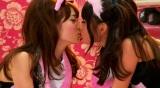 ミュージックビデオではメンバー同士のキスも話題に
