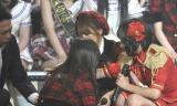 AKB→SKEへの移籍が発表されたと同時に、泣き崩れる佐藤すみれ(写真:鈴木かずなり)