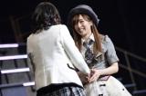 笑顔でNMB48チームBIIキャプテン・上枝恵美加と握手する梅田彩佳(C)AKS