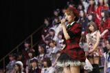 メンバー、ファンにメッセージを送るAKB48グループ総監督・高橋みなみ(C)AKS