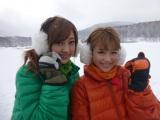 4年ぶりに復活した超過酷「氷上ワカサギ生活」に挑戦した菊地亜美(左)、鈴木奈々(右)(C)テレビ朝日