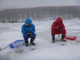 2月27日放送の『いきなり!黄金伝説。』は『凍った湖の上で釣った魚だけで生活 菊地亜美&鈴木奈々 vs ピース』(C)テレビ朝日