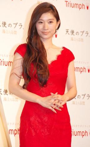 赤ドレスの篠原涼子