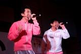 新ジャージで新曲「桜前線」を披露したテツandトモ