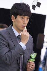 滝藤賢一が出演する『Fit's LINK』新CM「ゴキゲン出勤」篇メイキングカット