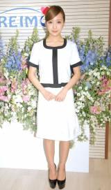 エステティシャンの白衣姿で登場した板野友美=『脱毛サロン KIREIMO』オープン記念イベント (C)ORICON NewS inc.
