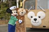 『ダッフィーバス』を喜ぶミッキーマウスとダッフィー(C)Disney
