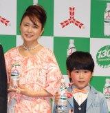 アサヒ飲料『三ツ矢サイダー』新CMキャラクターに起用された(左から)鈴木福、風吹ジュン (C)ORICON NewS inc.