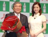 アサヒ飲料本山和夫社長(左)に130本のバラを贈呈した上戸彩(右)=『三ツ矢サイダー』ブランド生誕130周年記念イベント (C)ORICON NewS inc.