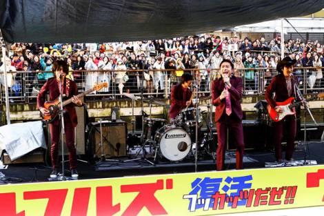 大阪・道頓堀でゲリラライブを行い、復活を生報告したウルフルズ