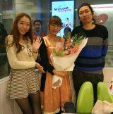 結婚を祝福された坂本美雨(中央)と番組パーソナリティの浜崎美保(左)、マンボウやしろ