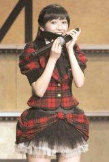 AKB48との兼任が発表された生駒里奈に生電話する渡辺麻友=『AKB48グループ大組閣祭り』 (写真:鈴木かずなり)