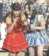 宮澤佐江に生電話するチームS副リーダー・佐藤実絵子=『AKB48グループ大組閣祭り』 (写真:鈴木かずなり)