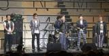 組閣前にAKB48グループのメンバーを激励した男性スタッフによるバンド「ザ・息切れ」=『AKB48グループ大組閣祭り』 (写真:鈴木かずなり)