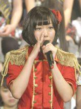 佐藤すみれを涙しながら見守った須田亜香里=『AKB48グループ大組閣祭り』 (写真:鈴木かずなり)