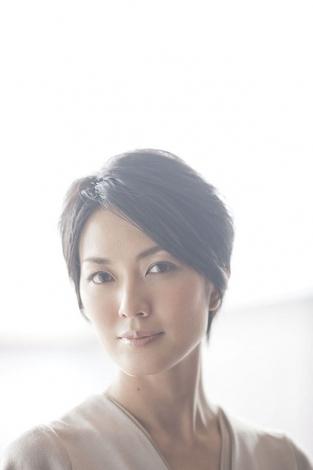 強烈な性格の編集長・大沢留美役でフジテレビ系ドラマ『ファースト・クラス』に出演する板谷由夏