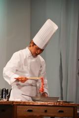JA宮崎経済連がPRイベント開催 すき焼きを調理するオーナーシェフである河野透シェフ(C)oricon ME inc.