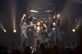 写真左から上野博文(B)、青木和義(Dr)、森友嵐士(Vo)、五味孝氏(G)