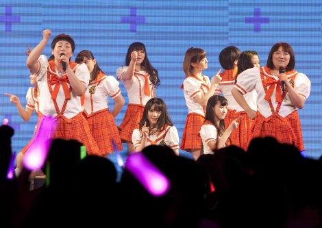 初ライブを行った「モリ娘。」(前列左は森三中・大島美幸、右は黒沢かずこ、後列はモーニング娘。'14)