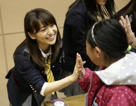 AKB48メンバーとしては最後の被災地訪問となった大島優子(宮城県石巻市)(C)AKS