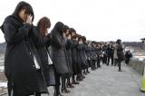 岩手県宮古市で黙祷を捧げるAKB48 (C)AKS