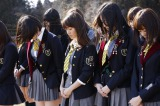 宮城県石巻市で黙祷を捧げるAKB48(写真中央:大島優子) (C)AKS