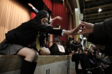 ライブ中、ステージから身を乗り出してふれあう松井珠理奈(=11日、石巻総合体育館)(C)AKS
