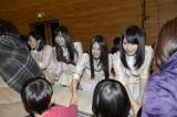 福島県南相馬市を訪問した(左から)山本彩、佐藤すみれ、古畑奈和、高橋朱里(=テクノアカデミー浜)(C)AKS