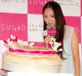 ケーキをじっと見つめる宮崎あおい=ベースメイクブランド『SUGAO』の新CM発表会