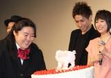 中島の誕生祝いのためケーキを持ってサプライズ登場した安田。(C)De-View