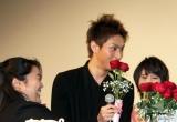 登壇者全員から計20本のバラも中島に贈られた。(C)De-View
