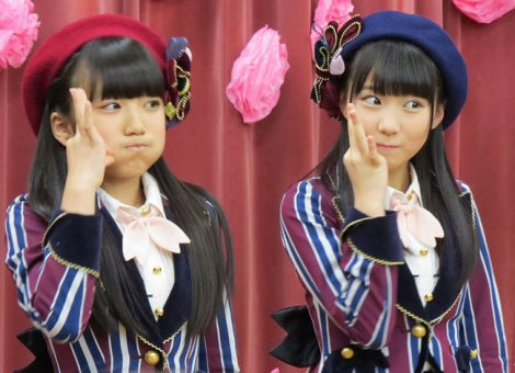 「なこみく」こと(左から)矢吹奈子、田中美久が「桜、みんなで食べた」の振り付けを伝授 (C)ORICON NewS inc.