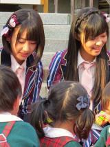 園児たちと交流するHKTメンバー =3rdシングル発表記念サプライズイベント(C)ORICON NewS inc.