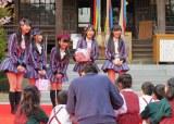 桜もちを持って園児たちとお花見=3rdシングル発表記念サプライズイベント(C)ORICON NewS inc.