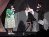ファッション誌『Sweet』創刊15周年イベント『sweet collection 2014』に登壇した紗栄子(中央)。両脇はMCの渡辺直美(左)と陣内智則(右)(C)ORICON NewS inc.