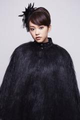 4月スタートのテレビ朝日系ドラマ『死神くん』で、カラスの羽をモチーフにしたような艶やかな黒い衣装を身にまとい毒舌キャラを演じる桐谷美玲