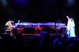 """米テキサス州オースティンで開催された世界最大級の音楽コンベンション『SXSW(サウスバイサウスウェスト)』のイベント後に行われたパーティーでホログラムによる""""バーチャルYOSHIKI""""と共演したYOSHIKI"""