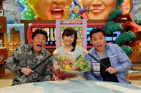 サムネイル 赤井英和(左)とトミーズ雅(右)から祝福される桂紗綾アナウンサー