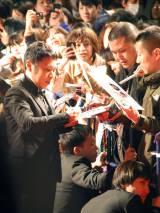 ファンのサインに応じる岡村隆史=映画『LIFE!』の来日&ジャパン・プレミアイベント (C)ORICON NewS inc.