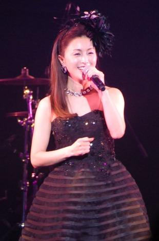 歌詞を間違え、歌い直しを行った酒井法子=『めんずぶっく2014・第4回東京ボーイズコレクション』 (C)ORICON NewS inc.