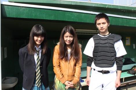 写真左から大友花恋、Suzu、瀬戸利樹
