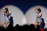 ピンク・レディーの「UFO」を歌った(左から)松岡菜摘、宮脇咲良 (C)AKS