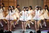 キャンディーズの「年下の男の子」を歌った(左から)多田愛佳、朝長美桜、宮脇咲良 (C)AKS