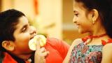 インドで話題になっている、三幸製菓『ぱりんこ』CMのワンシーン