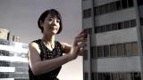 巨大化した夏目三久が高層ビルをグラグラ揺する!? 初主演特撮作品のワンシーン(C)テレビ朝日